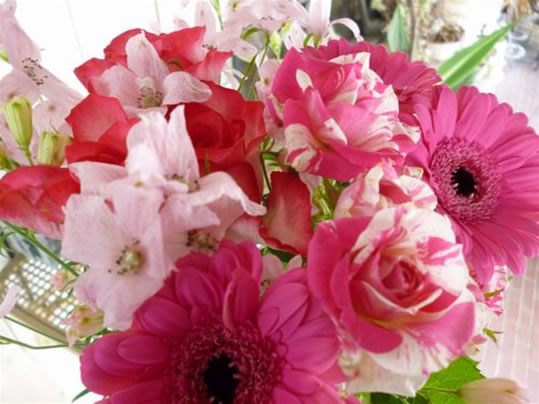 ピンク系 おまかせアレンジメント(高さ:約30cm 横幅:約35cm)【母の日 誕生日 ギフト 贈答 プレゼント 記念日】