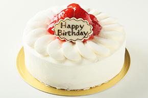 苺をサンドして表面にも苺を飾りつけた豪華な生クリームのケーキ