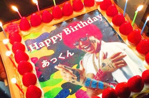 渋谷発のパーティーロッカーあっくんの誕生日を写真ケーキでお祝い!
