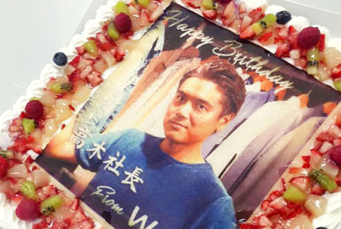 【動画マーケティングポータル WOOZさま】誕生日祝いに写真ケーキ!