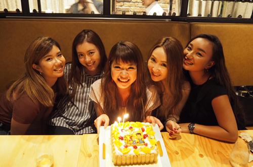 インスタグラマー・ANNAさんが女友達にケーキの誕生日サプライズ