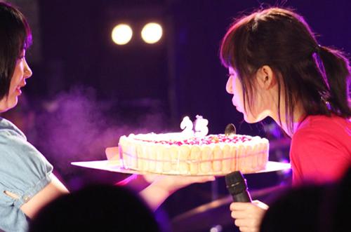 アイドル・鳴島有菜さんのバースデーライブにケーキ&花束サプライズ