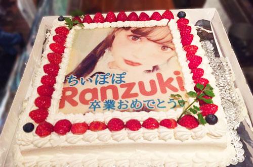 モデル・吉木千沙都さんの卒業イベントに写真ケーキのサプライズ♡