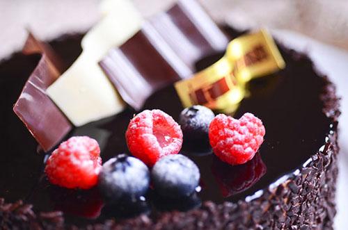 贈る相手別の使い分けが重要?!ホールサイズのチョコレートケーキ