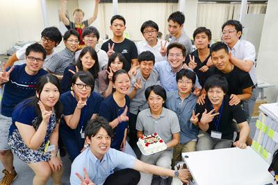 【株式会社みんれびさま】パーティーケーキで社員の方の誕生日祝い♪