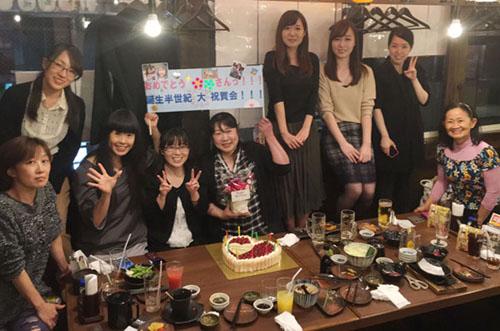 【法人ケーキ活用例】豪華&ビッグケーキで楽しい誕生日祝いを演出