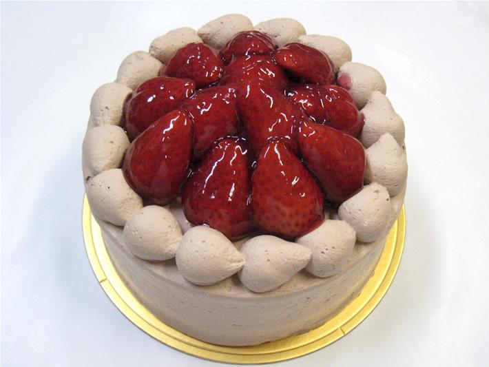 珍しいチョコレートクリーム☆苺デコレーションケーキ 4号の画像1枚目