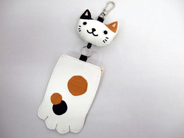 パスケース 定期券入れ のびのびリール のあぷらす 猫の手 かわいい 白ミケ猫【誕生日 バースデー ギフト 贈り物 プレゼント お祝い】の画像1枚目