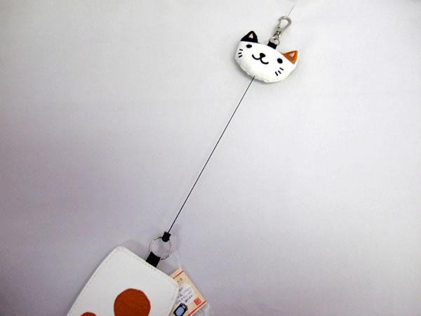 パスケース 定期券入れ のびのびリール のあぷらす 猫の手 かわいい 白ミケ猫【誕生日 バースデー ギフト 贈り物 プレゼント お祝い】の画像3枚目