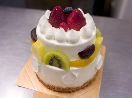 フルーツデコレーション2段ケーキ 4号サイズ【バースディ】【バースデーケーキ 誕生日ケーキ デコ】の画像1枚目