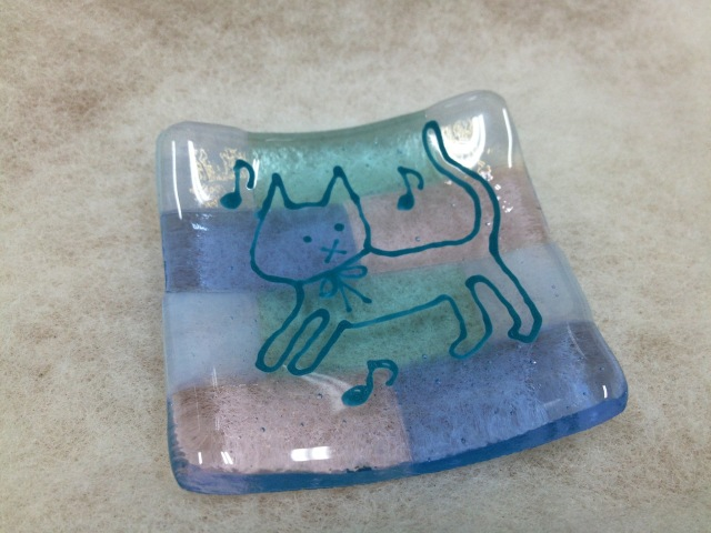 ソラにゃん豆皿ブルー【ネコ 猫 ガラス 誕生日 バースデー プレゼント 贈り物 ギフト お祝い】の画像1枚目