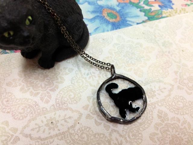 銀枠ペンダント・黒猫しっぽ【ネコ 猫 ガラス 誕生日 バースデー プレゼント 贈り物 ギフト お祝い】の画像1枚目