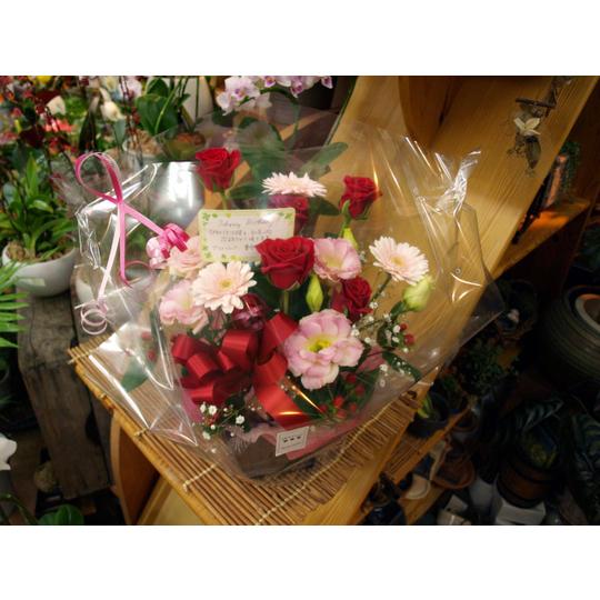 赤バラと季節の花の生花アレンジメント【生花 フラワー 誕生日 記念日 バースデー プレゼント ギフト 贈答 贈り物】の画像1枚目