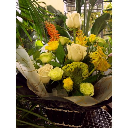 季節の花を使ったユニークなアレンジメント【生花 フラワー 誕生日 記念日 バースデー プレゼント ギフト 贈答 贈り物】