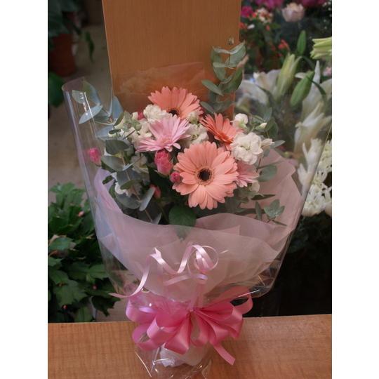 ピンクのガーベラと季節の花の花束【生花 フラワー 誕生日 記念日 バースデー プレゼント ギフト 贈答 贈り物】