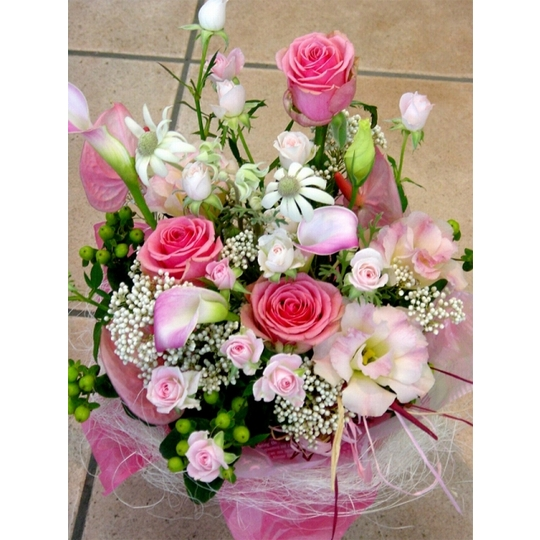 季節の花の華やかな生花アレンジメント