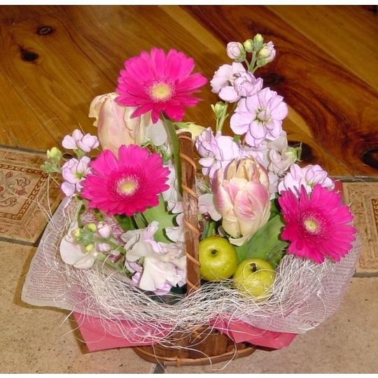 季節の花のかわいらしい生花アレンジメント