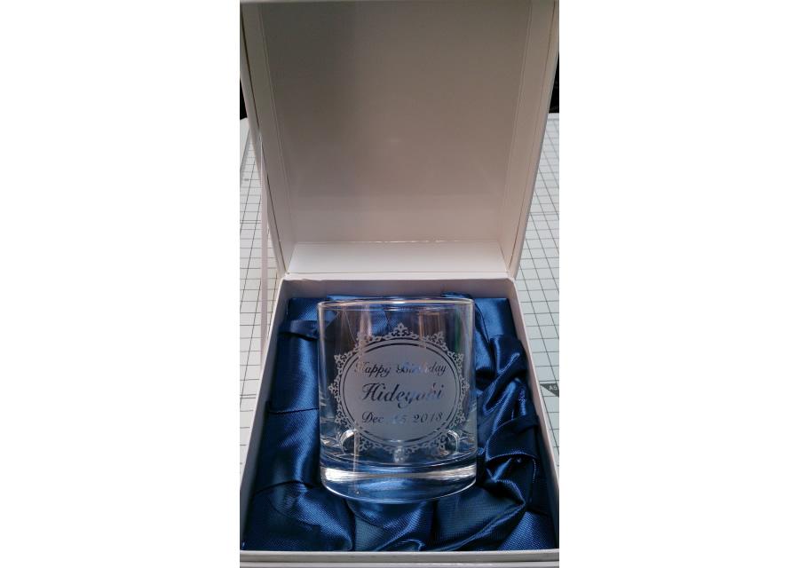 名入れ彫刻ロックグラス 化粧箱入り::1949【バッグ・小物・ブランド雑貨】記念日向けギフトの通販サイト「バースデープレス」