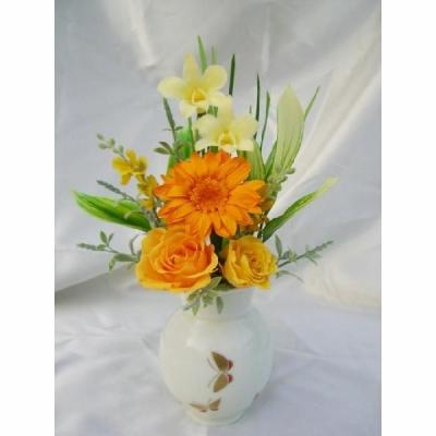 プリザーブドフラワー御供花有田焼の花瓶付仏花蝶黄色のデンファレと橙色の花のアレンジ