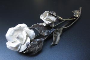 当店オリジナル 一点もの【送料無料】彫金 シルバー950バラのブローチ【アクセサリー シルバー 一点物 誕生日 プレゼント 贈り物】の画像1枚目