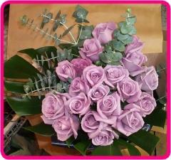 紫のバラのスモーキー花束