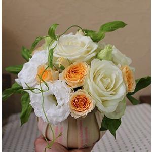 白とオレンジ生花のモコモコアレンジメントフラワー誕生日に最適!