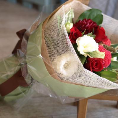 赤バラを入れてお作りします「華やかなレッドブーケ」【プレゼント 指定日可 ギフト 花束 お祝い イベント 記念日】の画像4枚目