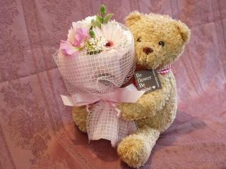 花束を抱えた くまちゃんの画像1枚目