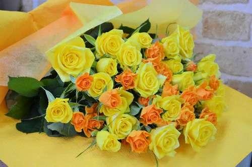 【送料無料】キイロ・オレンジバラの花束【花 フラワーギフト アレンジメント フラワー 誕生日】の画像1枚目