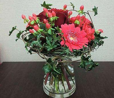 花瓶付き花束 レッド【誕生日 記念日 贈答 アレンジメント 花 バースデー 敬老の日】の画像1枚目