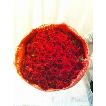 ゴージャスなプレゼントにはぴったり 赤バラ100本の花束の画像3枚目