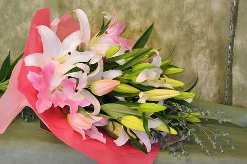 【送料無料】ピンクユリと白ユリの花束(生花)【花 フラワーギフト アレンジメント フラワー 誕生日】の画像1枚目