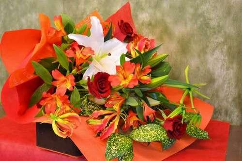 【送料無料】ピンク・赤系の花束(生花)【花 フラワーギフト アレンジメント フラワー 誕生日】の画像1枚目