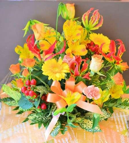 【送料無料】キイロ・赤のアレンジメント(生花)【花 フラワーギフト アレンジメント フラワー 誕生日】の画像1枚目