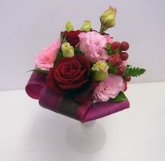 上品でシックな色合いの花瓶付ブーケ
