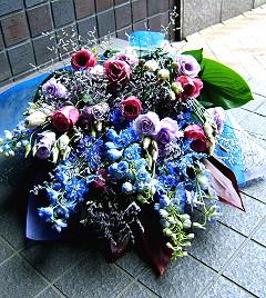 敬老の日分は完売しました。プレゼントにも おまかせ ブルー系花束 花 プロデザイナーの監修プレゼント バラ 結婚記念日 開店祝い 退職にも 3 花束【お急ぎ便対応】【敬老の日 誕生日 開店祝い】の画像1枚目
