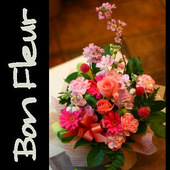 花 花 プレゼントにも おまかせ ピンク系フラワーアレンジメント 花 プロデザイナーの監修プレゼント バラ 結婚記念日 開店祝い 退職にも 42【お急ぎ便対応】【敬老の日 誕生日 開店祝い】の画像1枚目