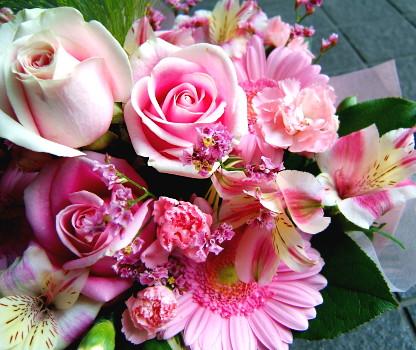 花 花 プレゼントにも おまかせ ピンクブーケ花束 花 プロデザイナーの監修プレゼント バラ 結婚記念日 開店祝い 退職にも 5 花束【お急ぎ便対応】【敬老の日 誕生日 開店祝い】の画像1枚目