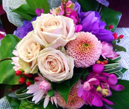 花 花 プレゼントにも おまかせ ヨーロピアンブーケ花束 花 プロデザイナーの監修プレゼント バラ 結婚記念日 開店祝い 退職にも 7 花束【お急ぎ便対応】【敬老の日 誕生日 開店祝い】の画像1枚目