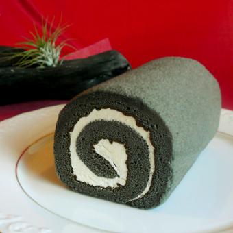 【炭ロールケーキ】ヘルシーチャコール使用【黒いロールケーキ】《ハーフサイズ/2本セット》の画像1枚目
