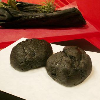 【炭シュークリーム】ヘルシーチャコール使用【黒いシュークリーム】の画像1枚目