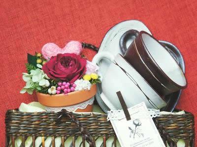 【ポイント10倍】プリザーブドアレンジと食器のかわいい籠入りセット【花 フラワーギフト プリザーブド フラワー 誕生日】