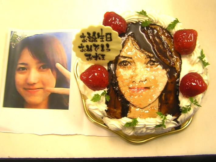 イラストケーキ8号(実写、似顔絵リアルタッチイラストタイプ)【バースデーケーキ 誕生日 イラスト キャラクターケーキ デコ バースディ】の画像1枚目