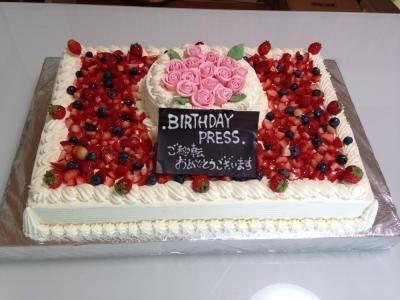 【東京 横浜市、みなとみらい近辺配送】【送料無料】【パーティ用 ウエディング用ケーキの生ケーキを宅配】【38x55cm】スペシャルな日の薔薇ケーキ(2段)の画像1枚目