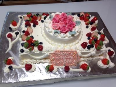 【東京 横浜市、みなとみらい近辺配送】スペシャルな日の薔薇ケーキ(2段) 約20cm×28cm