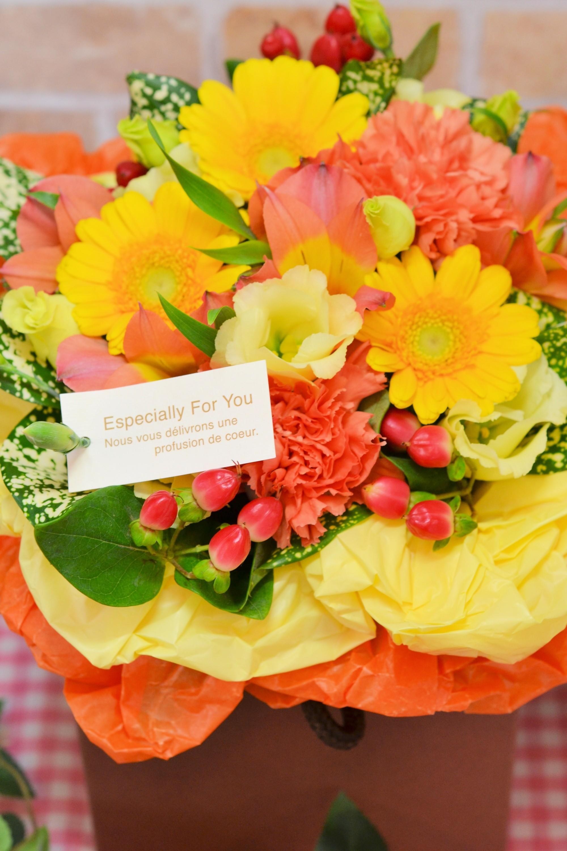 【送料無料】ボックスアレンジ(キイロ・オレンジ)【花 フラワーギフト アレンジメント フラワー 誕生日】の画像1枚目