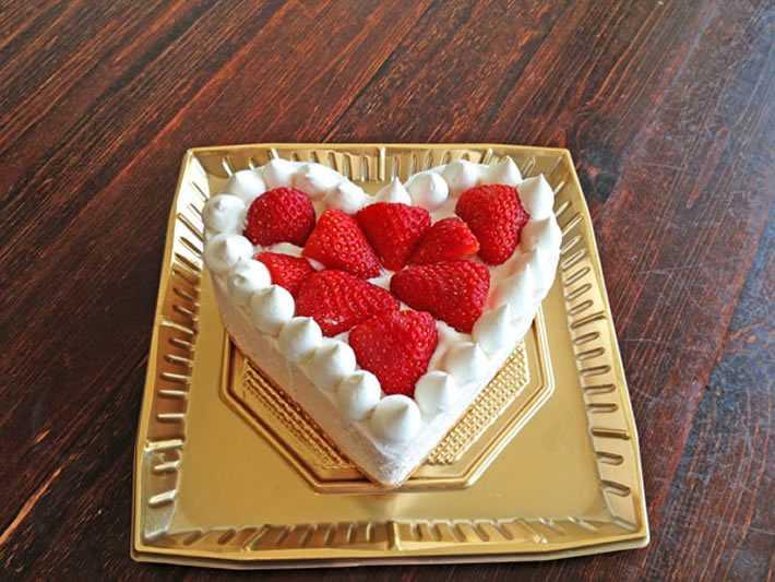 たっぷりイチゴのハートのアイスケーキ 4号 11cm