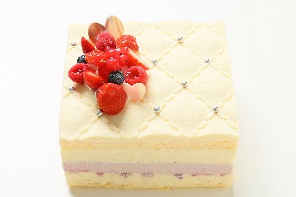 ホワイトチョコと木苺のムース 高級キルティングデコレーション ホワイトベリー 4号 12cm