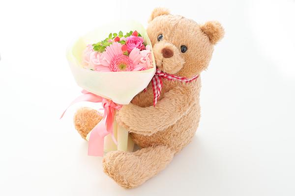 花束を抱えたくまちゃんMの画像1枚目