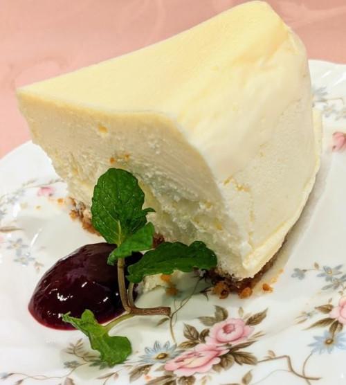 ティラミス専門店の焼いてあるのに白いチーズケーキ